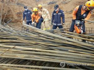 영광 다리건설 현장서 철근더미에 깔린 작업자 2명 숨져